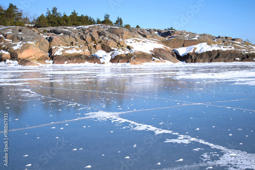 In de dag Noord Europa Rocky coast of Hanko and ice of the Gulf of Finland on a sunny February day. Finland