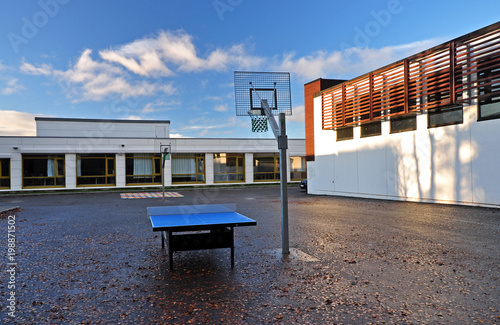 Fotografia Outdoor school playground in the school courtyard with a basketball basket and table tennis table