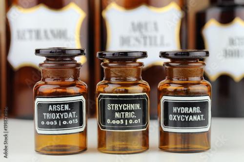 Photo alte Glasflaschen aus der Apotheke mit giftigem Inhalt