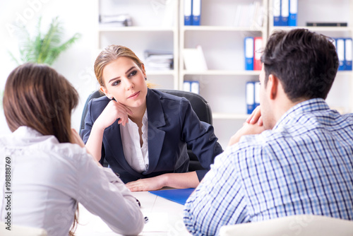 Tableau sur Toile Young family filing divorce papers with lawyer