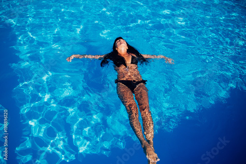 Keuken foto achterwand Zeemeermin Beautiful young woman on the swimming pool. Body, black swimsuit, summer.