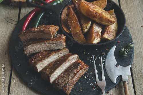 Plakat smażone żeberka wieprzowe z ziemniakami i przyprawami