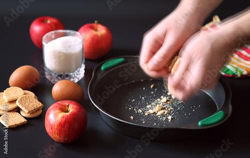 Plakat Przygotowanie szarlotki w domu. Domowe wypieki z jabłkami