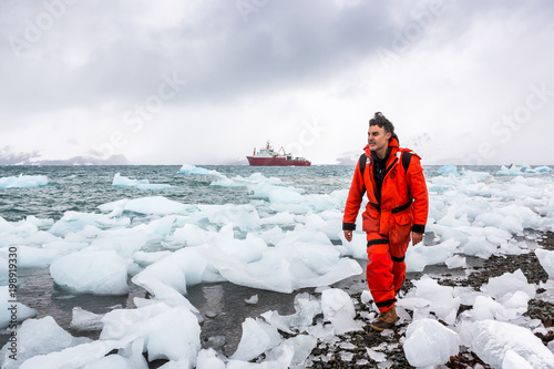 mata magnetyczna Man walks through ice and snow in Antarctica. Icebergs and everything frozen around you. Cold.