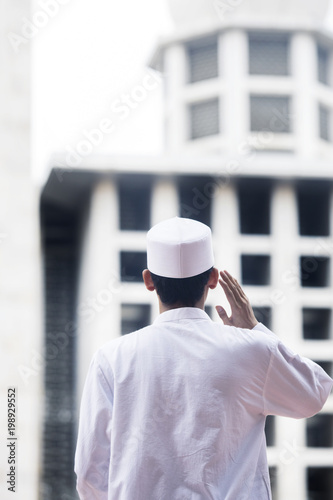 Photo Muslim man doing azan in the mosque