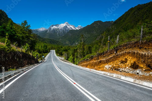 Foto op Aluminium Bergen Asphalt road with mountains on the background. Adventure road Carretera Austral (Ruta N7) near the town of Hornopiren, Chile