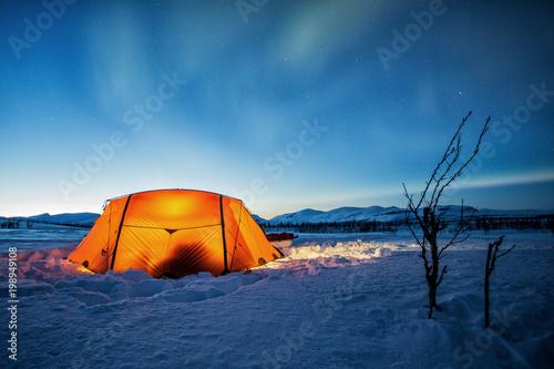 Foto op Aluminium Arctica Zelt im Winter in der Blauen Stunde