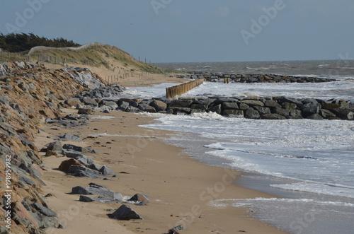 Fotografie, Obraz  3 systèmes anti érosion : enrochement de la dune (à gauche) et pieux au milieu d