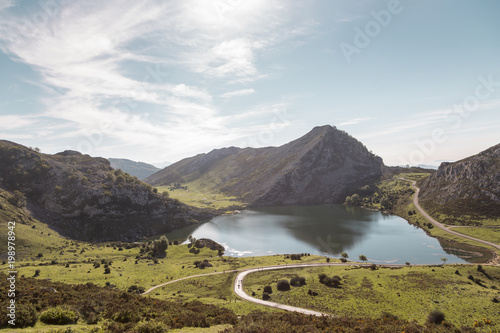 Photo View of Lake Enol in the natural park of the lakes of Covadonga in Picos de Euro