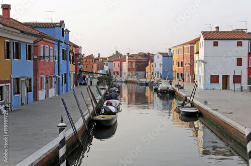 Photo  Farbenfroh bemalte Häuser, Boote im Kanal von Burano, Burano-Insel in der Lagune