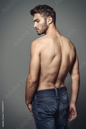 In de dag Akt athletic male body