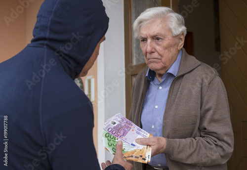 Enkeltrick Senior übergibt Geld Fototapet