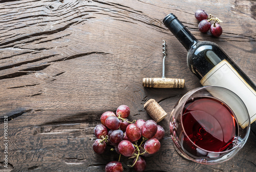 Foto op Plexiglas Wijn Wine glass, wine bottle and grapes on wooden background. Wine tasting.