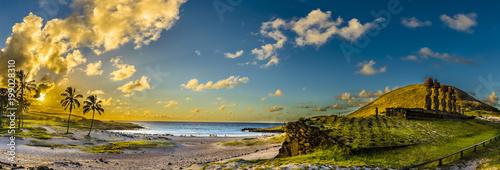 Fotografie, Obraz  Playa de Anakena con sus Moais de Ahu Nau Nau, uno de los lugares más hermosos d