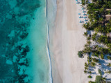 Widok z lotu ptaka plaży po stronie morza. Widok z góry zdjęcie lotnicze piękna przyroda z tropikalnej plaży w Tulum w Meksyku. Morze Karaibskie, rafa koralowa, widok z góry - 199033169