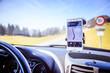 Smartphone in Halterung, Straßenkarte, Auto, Interieur