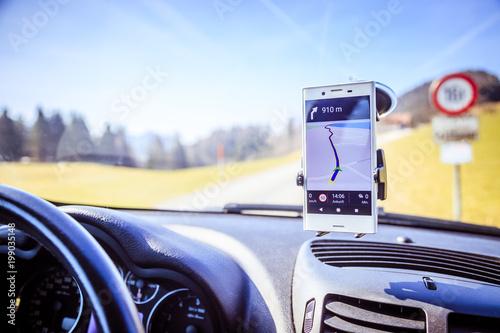 Fotografía  Smartphone in Halterung, Straßenkarte, Auto, Interieur