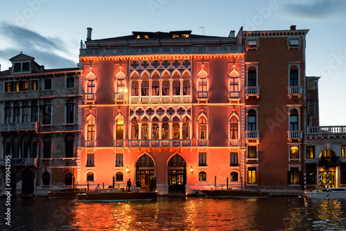 Fotografía  Illuminated building on Grand Canal at dusk, Venice