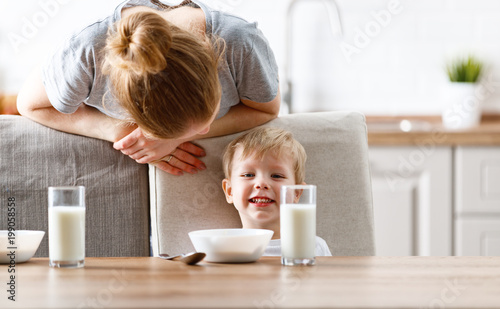 Papiers peints Akt family breakfast. mother feeding child son