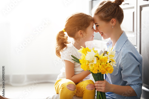 Fotografía  happy mother's day! child daughter   gives mother a bouquet of flowers to narcis