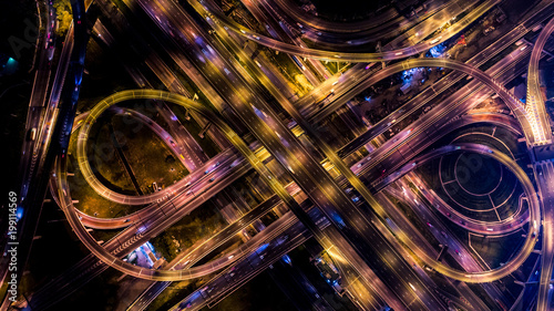 Photo  The highway in the big city, expressway enter the city, blue light picture by drone on top view