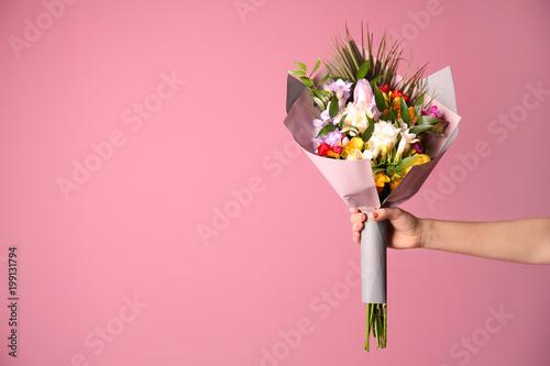 Kobieta z pięknym bukietem frezja kwitnie na koloru tle