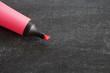 marqueur fluorescent rose fond noir