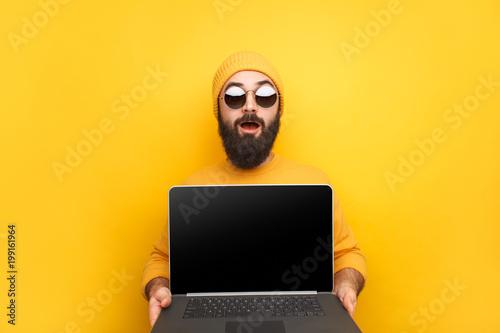 Fotografía  Trendy man advertising laptop