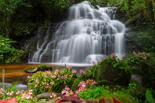 Piękne obrazy  wodospad-idealny-za-telewizor-w-salonie