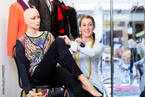 Zdjęcie XXL Dresser pracy w sklepie promocja wprowadzenie nowej kolekcji mody na manekinie