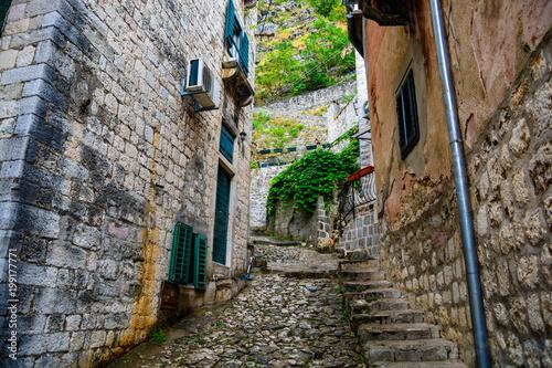 Poster Smal steegje Stone steps between narrow streets of houses in Kotor