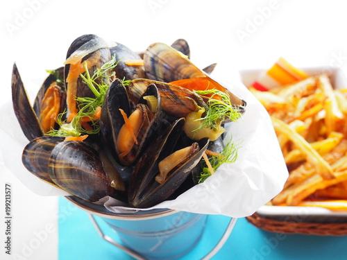 Fotografia, Obraz  moules marinières au vin blanc et frites