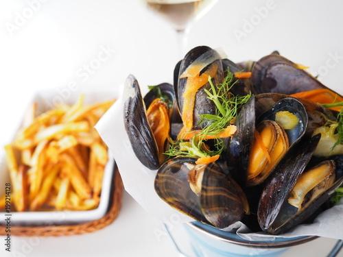 Photo moules marinières au vin blanc et frites