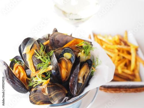 moules marinières au vin blanc et frites Fototapet
