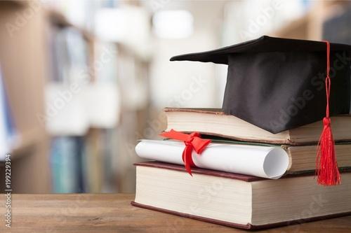Billede på lærred Graduation hat on stack of books