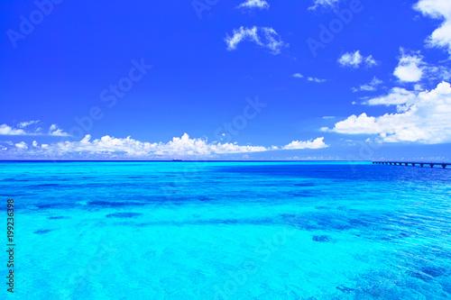 Poster Zee / Oceaan 真夏の宮古島・下地空港の誘導灯のある海