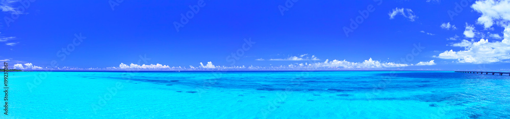 Fototapety, obrazy: 真夏の宮古島・下地空港の誘導灯のある海(パノラマ)