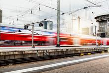 Regionalzug Fährt Durch Frankfurter Bahnhof