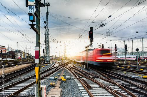 Obraz Regionalbahn verlässt Frankfurter Bahnhof  - fototapety do salonu