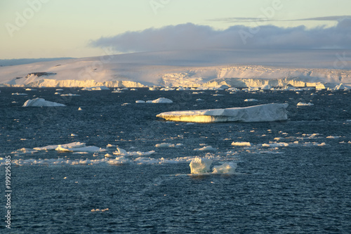 Papiers peints Arctique Paulet Island Antarctica, late afternoon seascape with glacier and ice floe