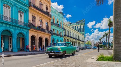 Garden Poster Havana HDR - Grüner Oldtimer fährt auf der Hauptstraße in Havanna Stadt Kuba an der historischen Häuserfront vorbei - Serie Kuba Reportage