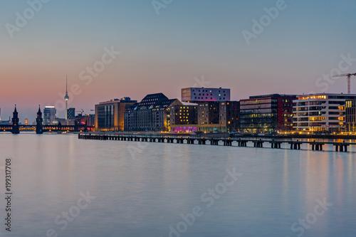 Zdjęcie XXL Rzeka Szprewy w Berlinie po zachodzie słońca z słynnej wieży telewizyjnej w plecy