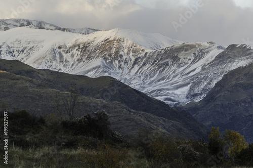 Foto op Aluminium Grijze traf. Atardecer en la montaña