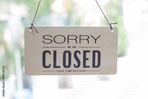 Foto A sign hanging off Coffee shop door,Close sign blur background,Label word close