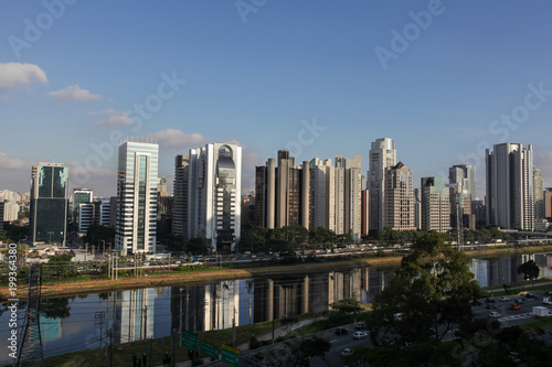 Foto  View of the Pinheiros River and corporate buildings in the city of Sao Paulo