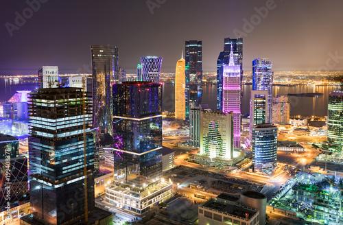 Fotografie, Obraz  Blick auf das beleuchtete Zentrum, die Westbay, von Doha, Katar, bei Nacht