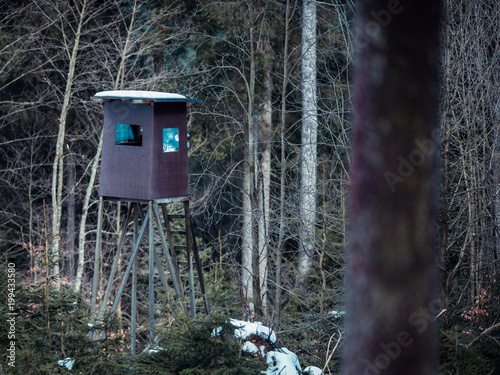 Foto op Canvas Jacht Deer hunting post in winter forest. Winterberg, Germany.