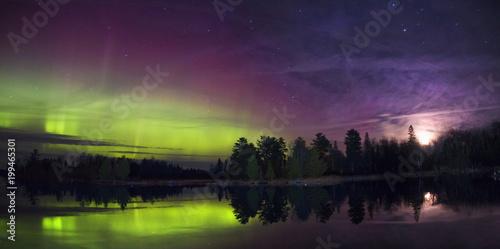 Foto auf Gartenposter Nordlicht Northern Lights over a Lake in Minnesota during Summer