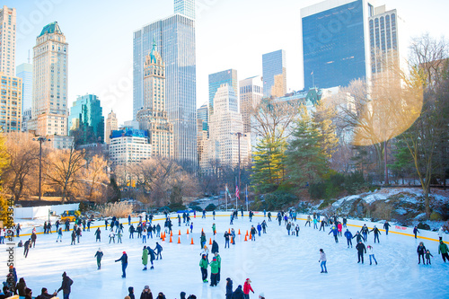 Fotografiet Ice skaters having fun in New York Central Park in winter