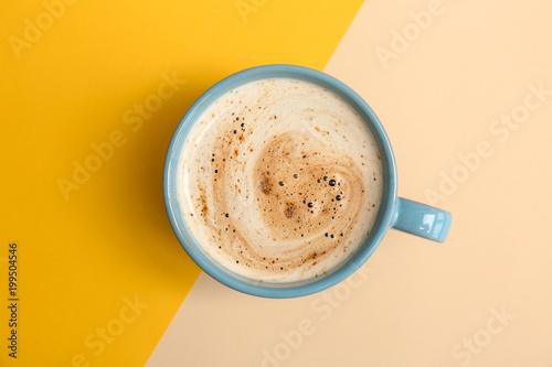 Filiżanka aromatyczna gorąca kawa na koloru tle, odgórny widok